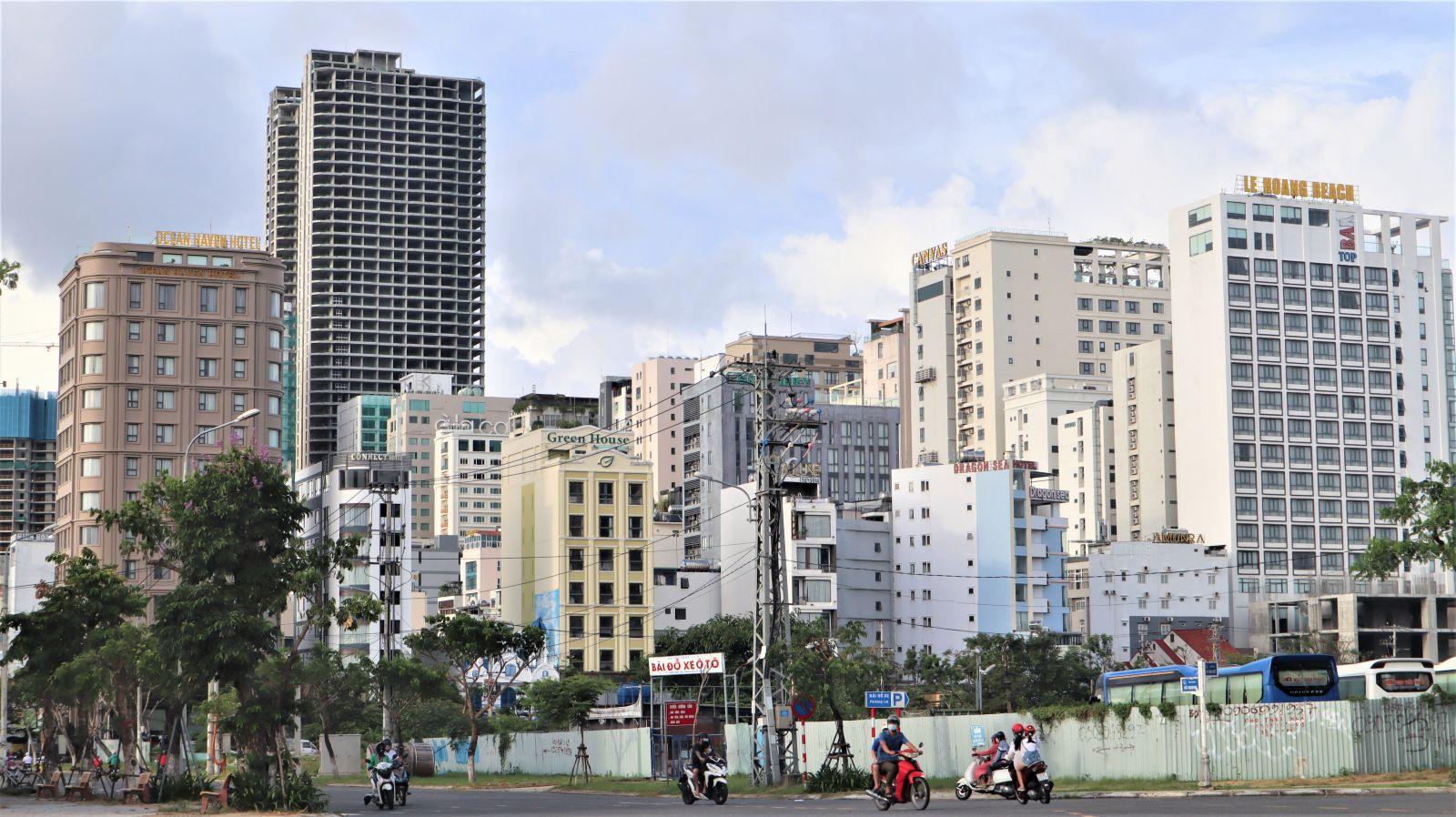 Nhiều khách sạn nằm tại ngã ba đường Võ Văn Kiệt- Hồ Nghinh, có vị trí thuận lợi khi nằm gần ngay biển, khu vực từng tập trung rất đông du khách vẫn chưa hoạt động trở lại.