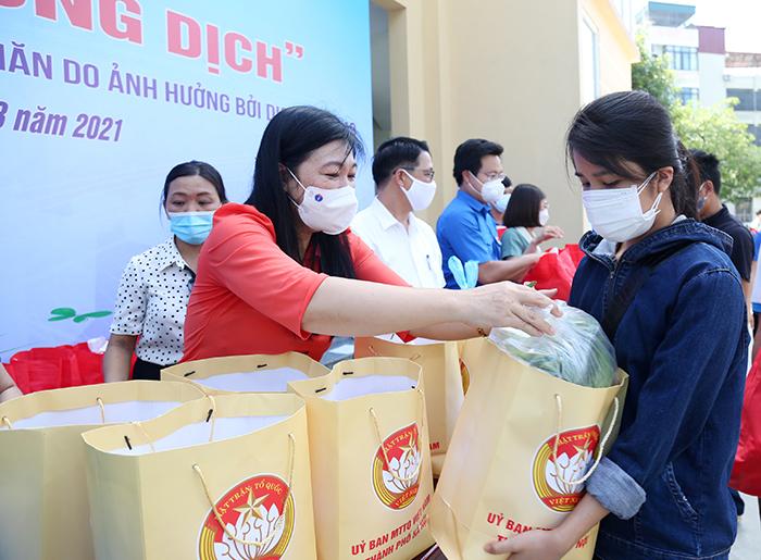 Đồng chí Nguyễn Lan Hương trao quà hỗ trợ người lao động, các sinh viên gặp khó khăn do dịch Covid-19