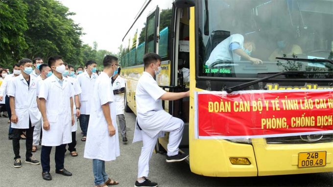 Đoàn cán bộ, y, bác sĩ của tỉnh Lào Cai lên đường làm nhiệm vụ tại Bắc Giang