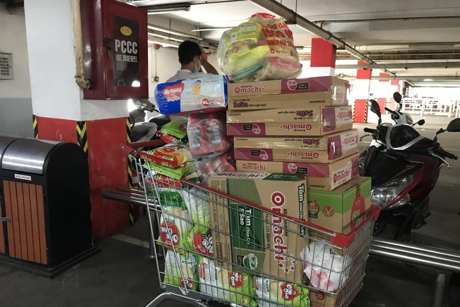 Người dân mua thực phẩm tích trữ tại các siêu thị, trung tâm thương mại.