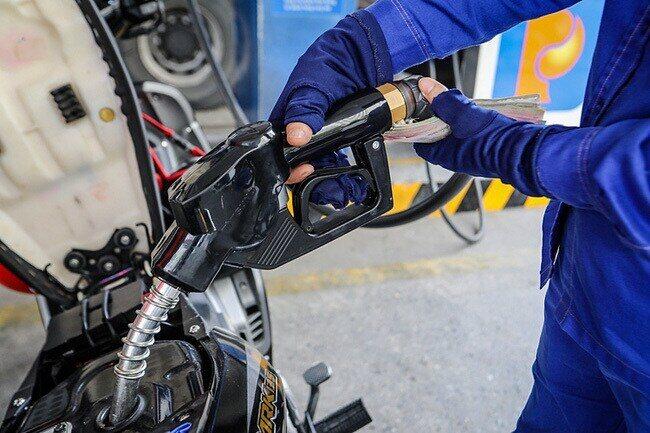 Trong kỳ điều chỉnh ngày mai (26/6), giá xăng dầu trong nước có thể tăng từ 250 đồng - 300 đồng/lít, tùy loại.