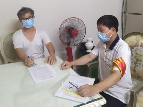 Phường Đồng Tâm, quận Hai Bà Trưng triển khai ký cam kết Gia đình an toàn Covid-19 tới các hộ gia đình trên địa bàn.
