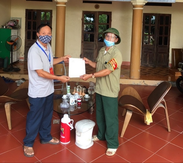 Người dân xã Phương Đình, huyện Đan Phượng ký cam kết thực hiện Gia đình an toàn Covid-19.