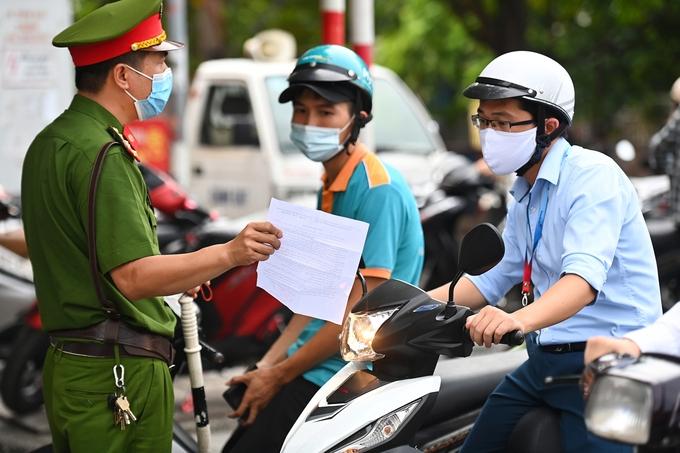 Lực lượng công an kiểm tra giấy tờ cá nhân của người tham gia giao thông trên phố Phạm Ngọc Thạch, Hà Nội