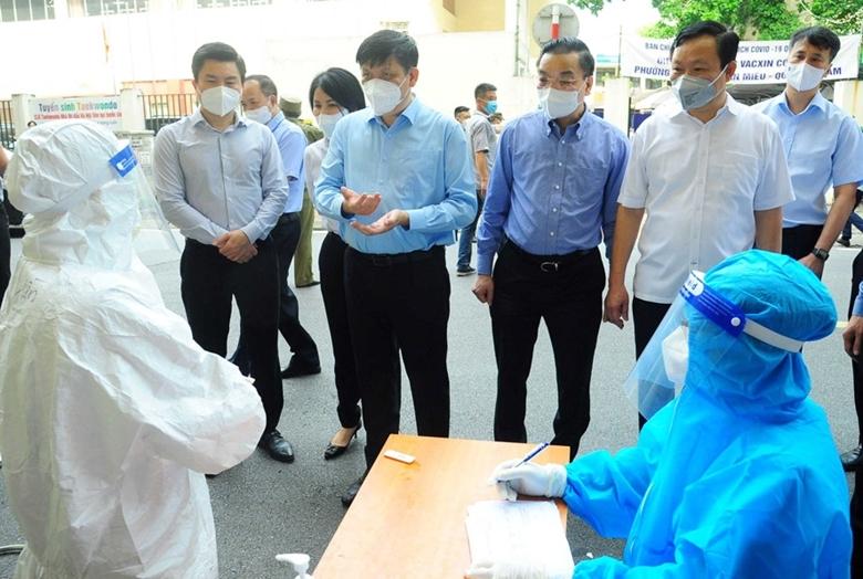 Chủ tịch UBND TP. Hà Nội Chu Ngọc Anh và Bộ trưởng Bộ Y tế Nguyễn Thành Long kiểm tra công tác tiêm vắc xin tại Hà Nội