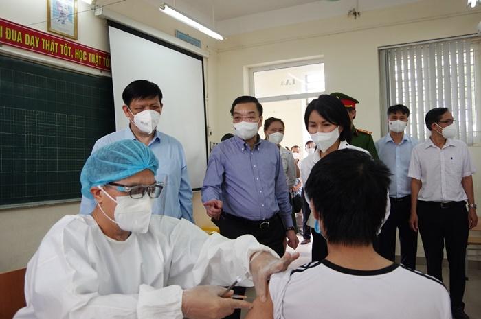 Chủ tịch UBND TP. Hà Nội Chu Ngọc Anh kiểm tra công tác tiêm vắc xin tại quận Đống Đa