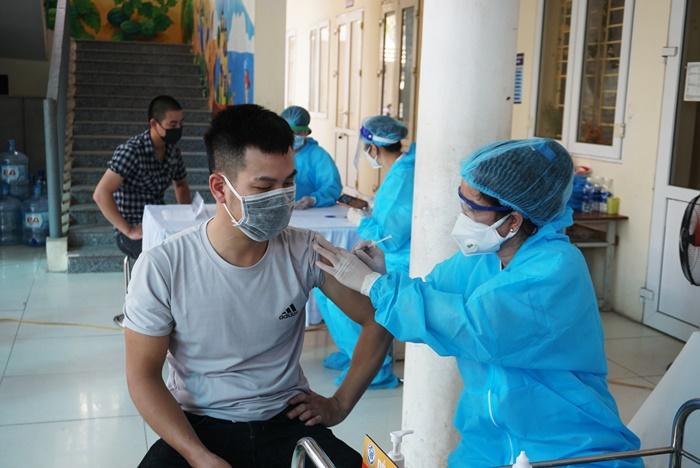 Người dân được tiêm vắc xin phòng Covid-19