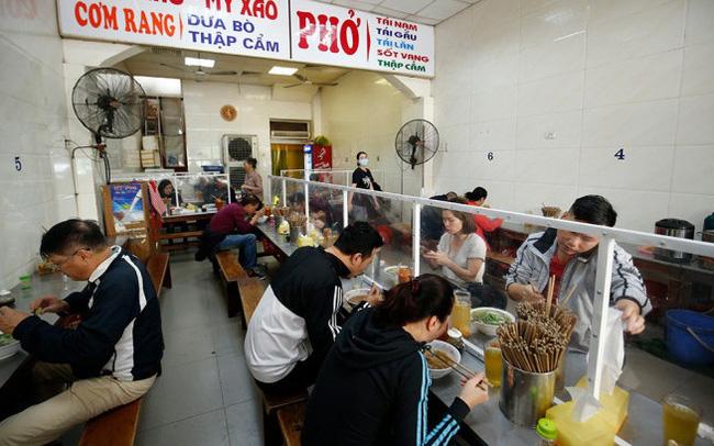 Từ 6h ngày 14/10, hàng quán tại Hà Nội được phép kinh doanh, phục vụ tại chỗ, không quá 50% chỗ ngồi và phải đảm bảo khoảng cách hoặc có vách ngăn/tấm chắn