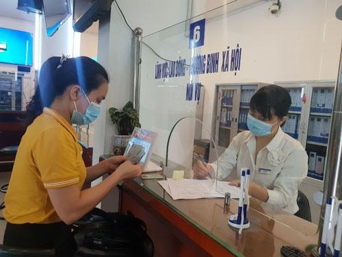 Nhiều lao động tại Hà Nội nhận tiền hỗ trợ do ảnh hưởng bởi dịch bệnh