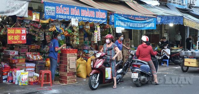 Tại chợ truyền thống cũng trong tình cảnh, hàng hoá nhiều còn khách hàng lác đác.