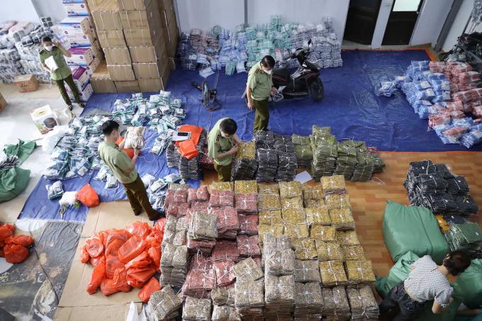 Với 8 điểm tập kết, đoàn kiểm tra đã thu giữ khoảng 40 tấn hàng, gồm 123.425 sản phẩm mang dấu hiệu vi phạm.
