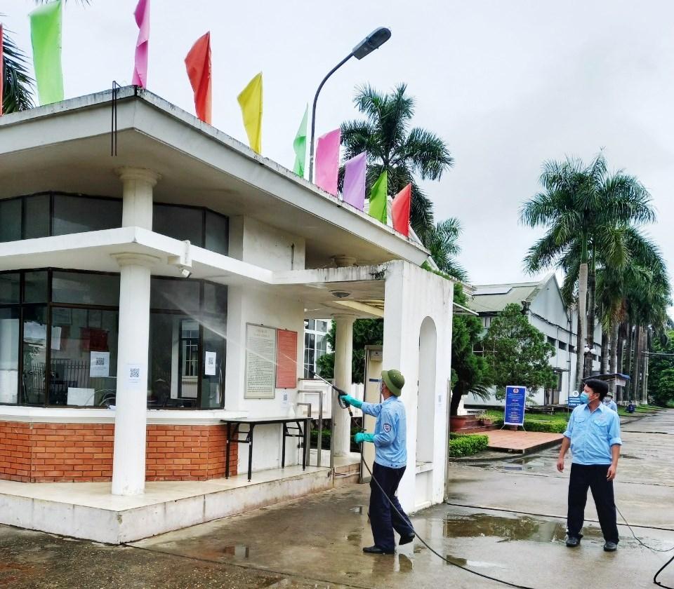 Bên cạnh duy trì và đẩy mạnh sản xuất, để đảm bảo công tác phòng, chống dịch Công ty CP K.I.P Việt Nam đều định kỳ 2 lần/tháng thực hiện phun khử khuẩn toàn bộ môi trường khuôn viên của Công ty.