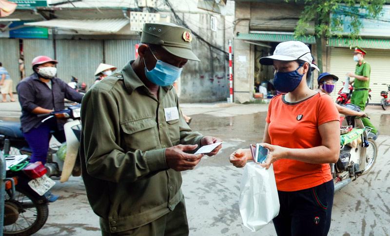 Tại chợ Nhật Tân (phường Nhật Tân, quận Tây Hồ) đã và đang áp dụng phương án cho người dân đi chợ theo ngày chẵn lẻ và có tem phiếu.