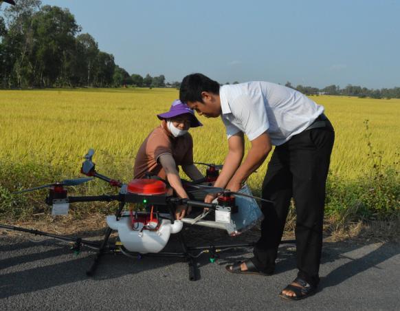 Kỹ sư thuộc Viện Nghiên cứu ứng dụng công nghệ cao Hòa Lạc hướng dẫn vận hành HLD-18.