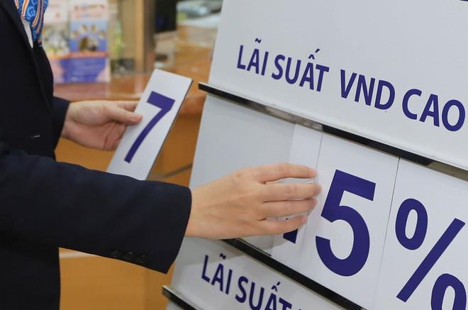 Mức lãi suất thấp khiến cho số lượng người dân gửi tiền vào ngân hàng thấp kỷ lục.