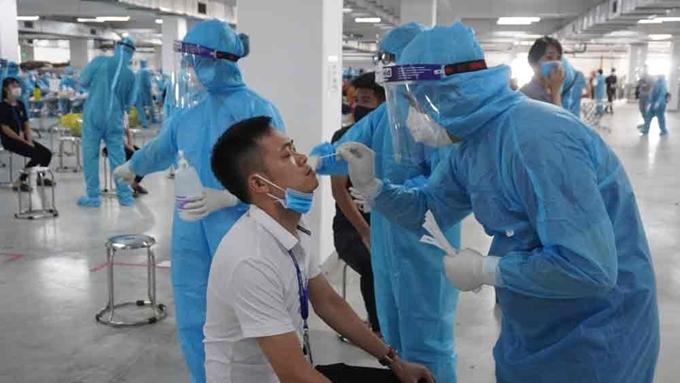 Lấy mẫu xét nghiệm cho công nhân ở Bắc Giang
