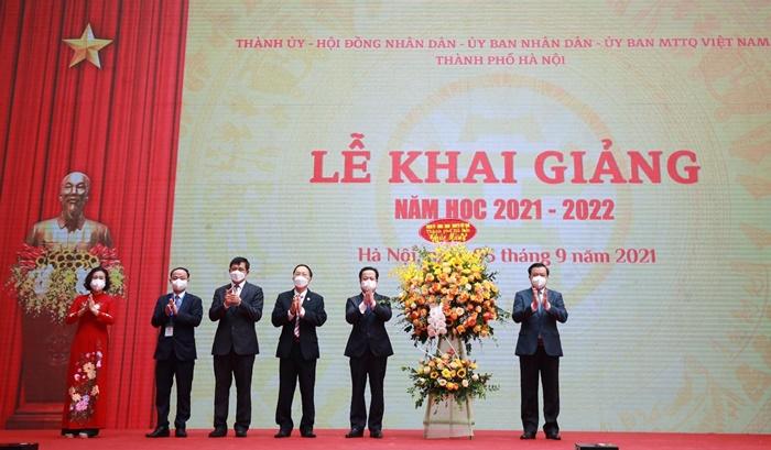Bí thư Thành ủy Hà Nội Đinh Tiến Dũng tặng hoa chúc mừng ngành Giáo dục và Đào tạo nhân dịp năm học mới