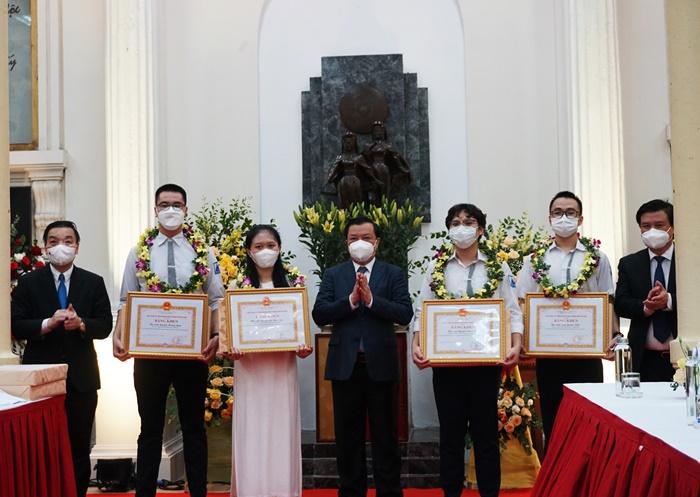 Các đồng chí lãnh đạo trao Bằng khen cho các học sinh đạt huy chương tại các kỳ thi Olympic quốc tế năm 2021