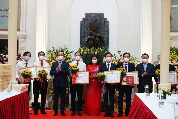 Lãnh đạo Thành phố trao Bằng khen cho các thầy, cô giáo có thành tích xuất sắc trong năm học vừa qua
