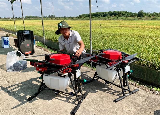 Máy bay không người lái – HLD18 phun thuốc trừ sâu hại lúa.