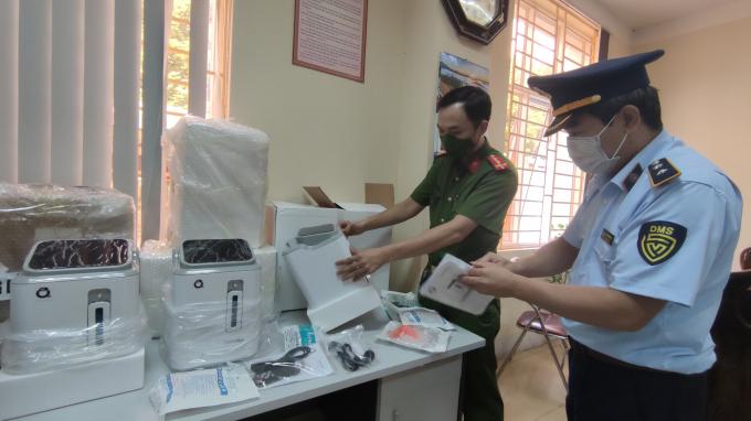 Lực lượng chức năng tỉnh Lào Cai kiểm tra lô hàng máy tạo oxy nhập lậu vừa bị thu giữ.