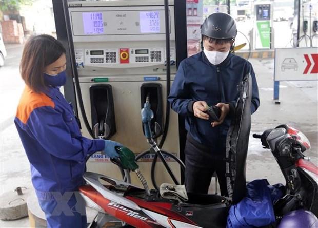 Mua bán xăng dầu tại cây xăng trên phố Lương Yên, quận Hai Bà Trưng, Hà Nội.