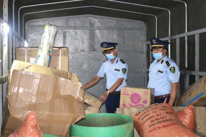 Đoàn kiểm tra tiến hành khám xe ô tô tải biển kiểm soát 23C-04997.
