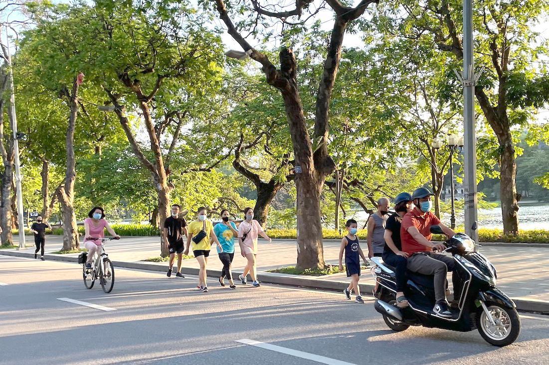 Các hoạt động đi bộ, chạy bộ, đạp xe đạp, vận động tại chỗ... khiến nhiều tuyến phố ở Hà Nội sôi động hơn