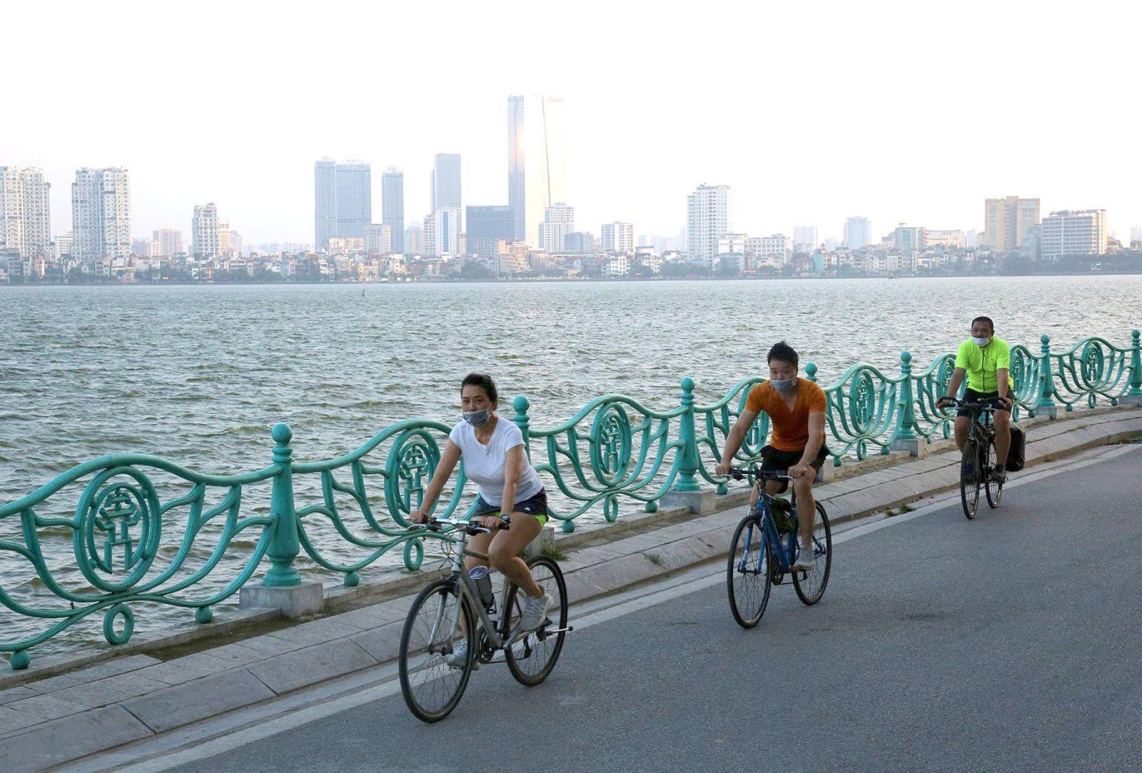 Người dân đạp xe thể dục quanh hồ Tây