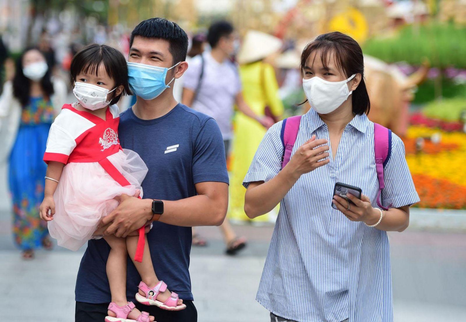 Một số gia đình thực hiện nghiêm việc đeo khẩu trang phòng dịch khi đi dạo
