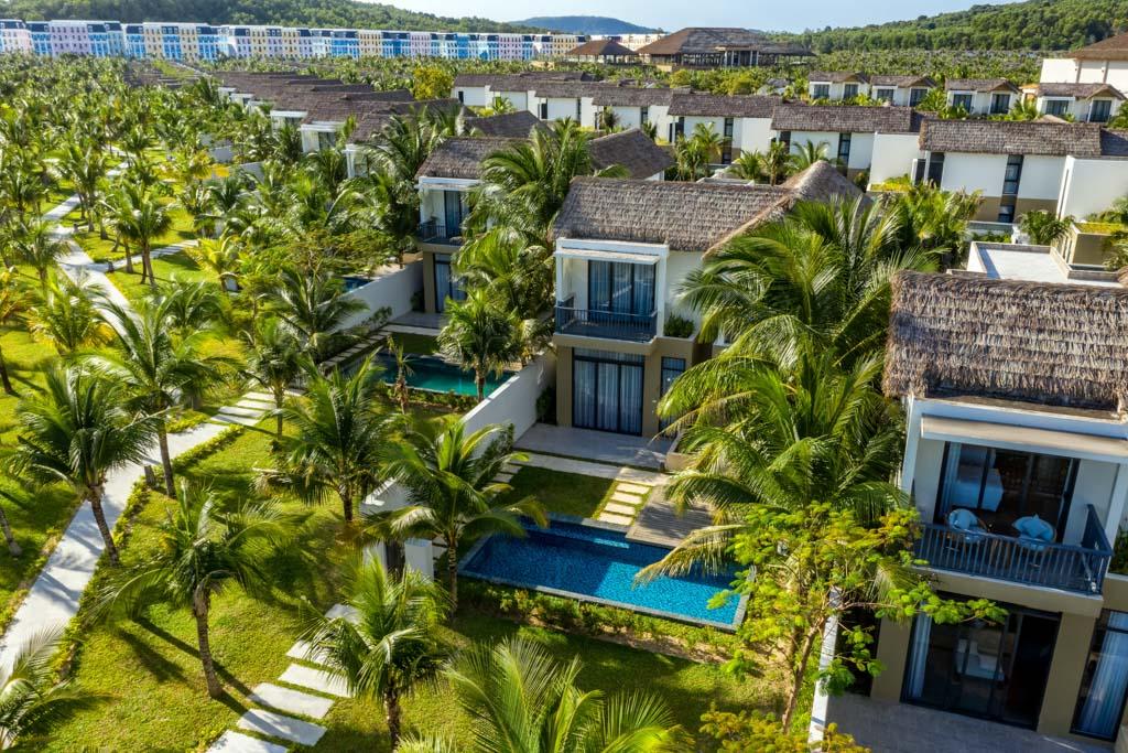 New World Phu Quoc Resort được thiết kế theo phong cách làng biển, mỗi villa có bể bơi riêng