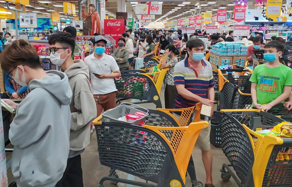 Do có hiện tượng người dân đổ xô đến các siêu thị, cửa hàng mua nhiều loại thực phẩm tươi sống, dẫn đến tình trạng quá tải. Nên nhiều siêu thị phải phát phiếu hẹn cho người dân đến mua hàng.