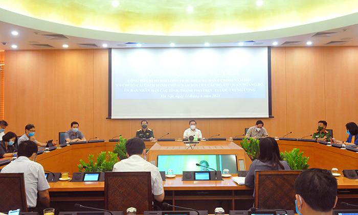 Phó Chủ tịch UBND thành phố Chử Xuân Dũng cùng các đại biểu dự tại điểm cầu thành phố Hà Nội