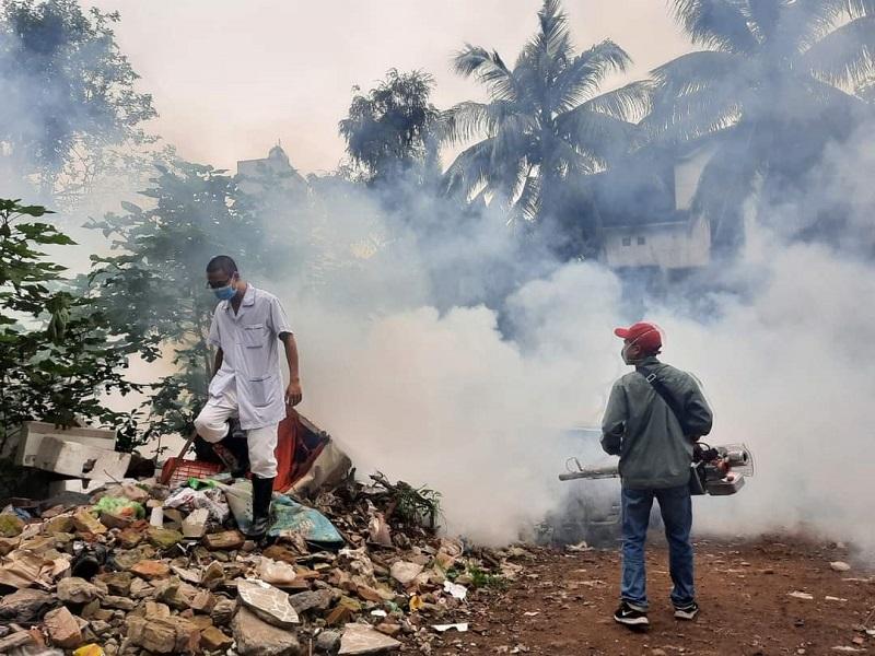 Phun hóa chất diệt muỗi diện rộng các điểm nguy cơ cao.