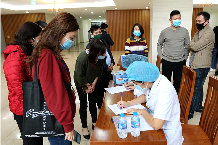 Phóng viên làm thủ tục lấy mẫu xét nghiệm virus SARS-CoV-2. Ảnh: TTXVN
