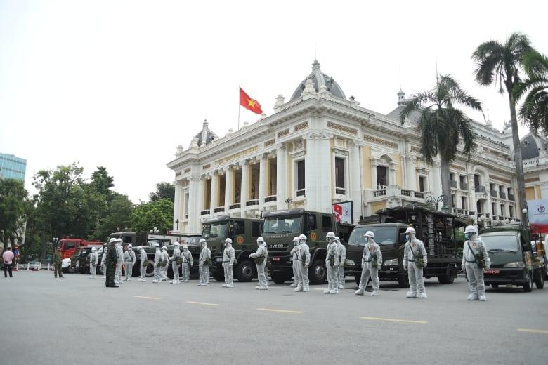 Ngay từ sáng sớm, các lực lượng của Bộ Tư lệnh Thủ đô và Binh chủng hoá học đã tập trung trước khu vực Nhà hát lớn Hà Nội.