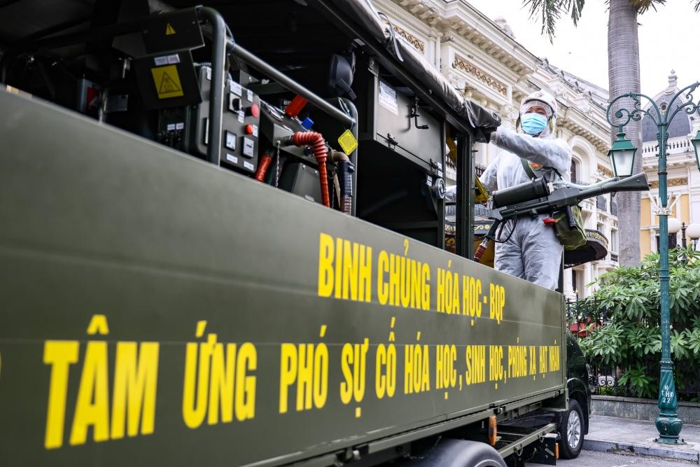 Đúng 8 giờ sáng, xe bắt đầu phun khử khuẩn từ Nhà hát lớn Hà Nội.