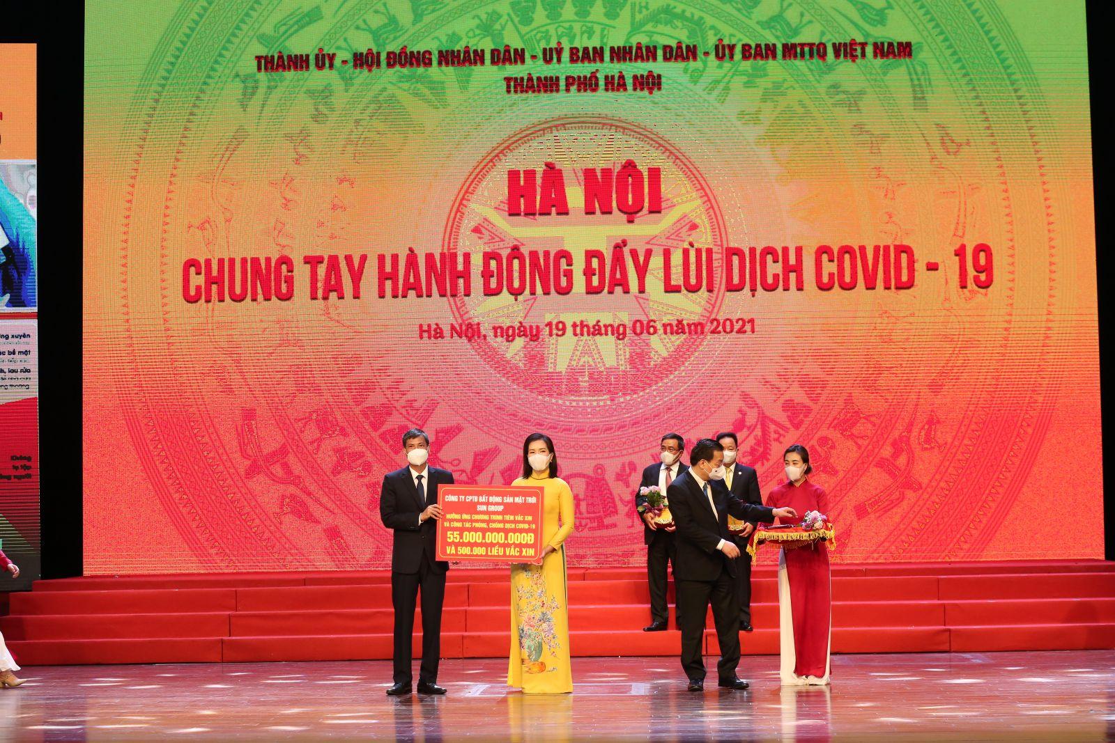 Tập đoàn Sun Group trao tặng Quỹ vaccine Hà Nội 55 tỷ đồng
