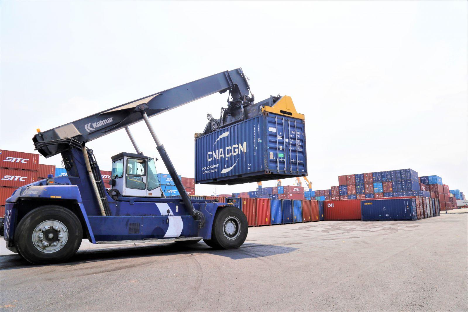 Xếp dỡ hàng hóa tại bãi container mở rộng
