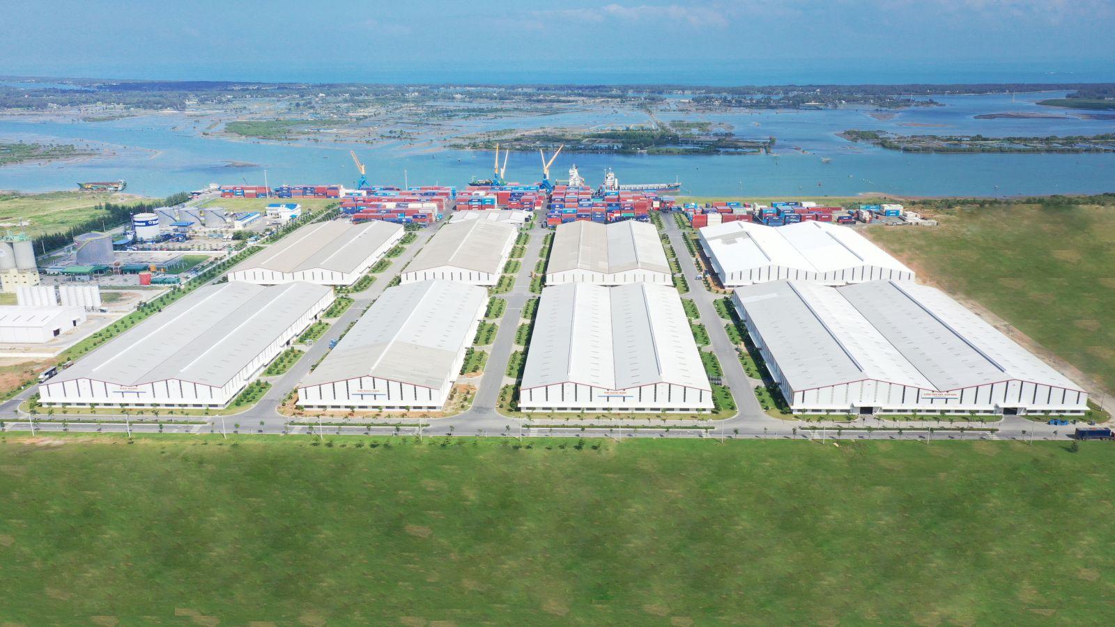 Hệ thống kho tại cảng Chu Lai có diện tích hơn 92.000m2, trong đó kho hàng là 13.440m2