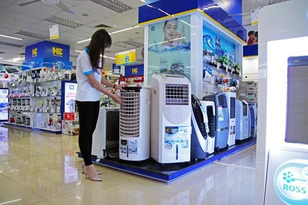 Hiện, nhiều siêu thị, trung tâm điện máy lớn đang áp dụng nhiều chương trình khuyến mại, ưu đãi đối với các sản phẩm tủ lạnh, máy lạnh, thiết bị làm mát như: tặng kèm phí lắp đặt, tặng thêm 1 năm bảo hành, ưu đãi về trả góp… để thu hút khách hàng.