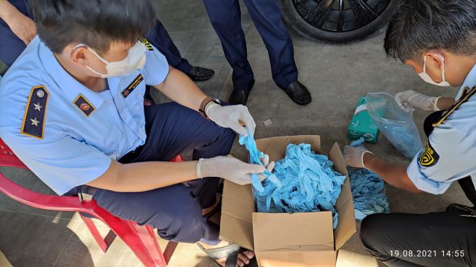 Cục Quản lý thị trường TP.HCM cho biết, vừa thu giữ một lượng lớn máy tạo oxy, 150.000 găng tay cao su có dấu hiệu đã qua sử dụng.