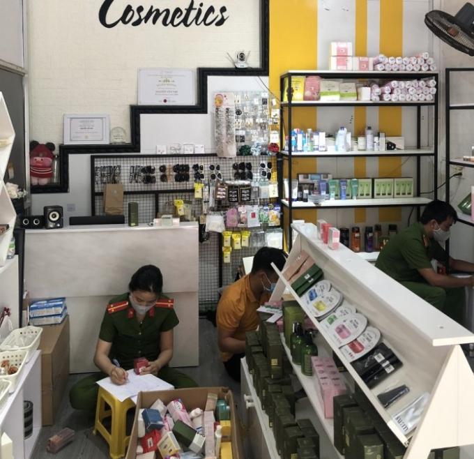 Lực lượng chức năng kiểm tra, xử lý vi phạm tại cửa hàng mỹ phẩm Nhi Cosmetic.