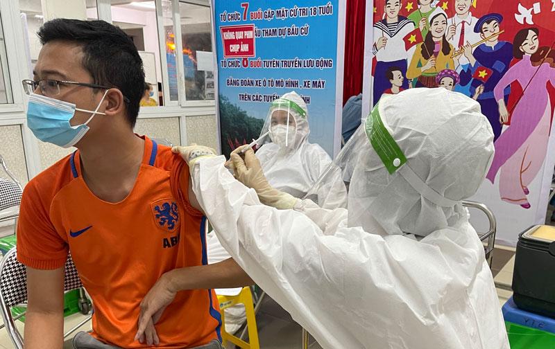 Người dân phường Việt Hưng, quận Long Biên, Hà Nội được tiêm vắc xin phòng Covid-19.