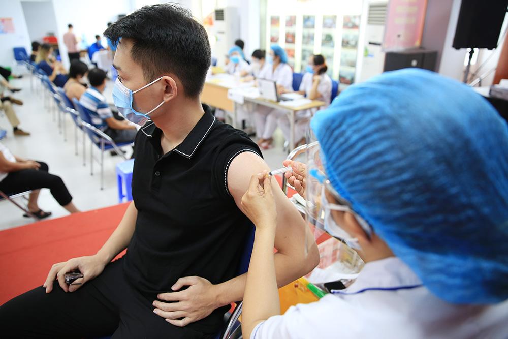 Tiêm vắc xin phòng Covid-19 cho người dân tại một điểm tiêm của quận Hai Bà Trưng.