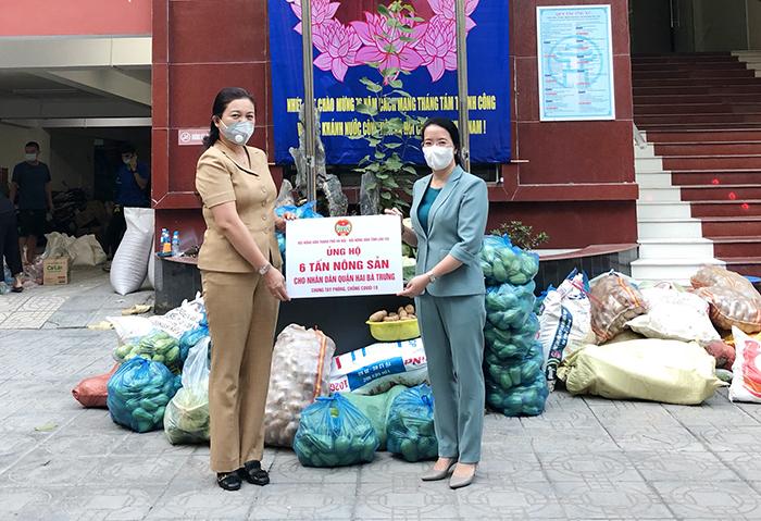 Chủ tịch Hội Nông dân Thành phố Phạm Hải Hoa trao hỗ trợ 6 tấn nông sản cho nhân dân quận Hai Bà Trưng