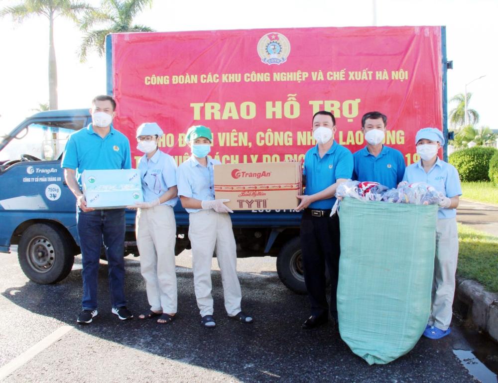 Thay mặt công nhân lao động Nhà máy 1, nhóm công nhân lao động tại Nhà máy 3, Công ty Trách nhiệm hữu hạn Linh kiện điện tử SEI Việt Nam nhận quà từ các cán bộ Công đoàn các Khu Công nghiệp và Chế xuất Hà Nội.