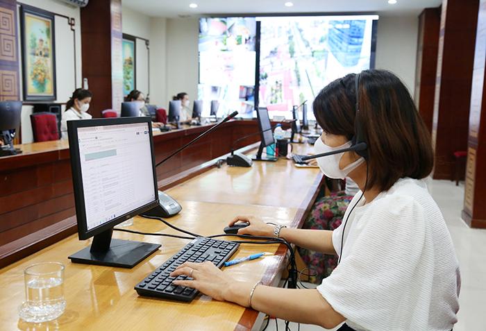 Chị Lý Thị Như Hoa đang thực hiện tiếp nhận và hỗ trợ phản ánh của người dân về những giấy tờ cần thiết khi đi ra đường