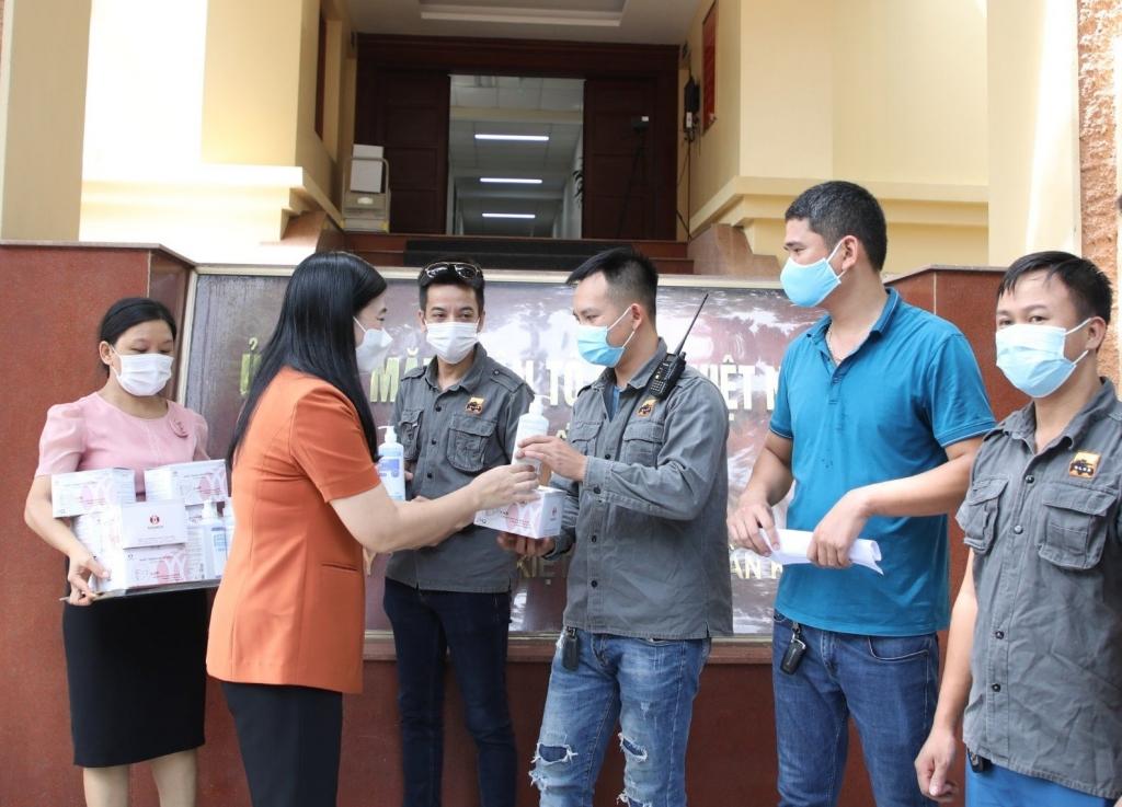Chủ tịch Ủy ban MTTQ Việt Nam TP Hà Nội Nguyễn Lan Hương trao hỗ trợ khẩu trang, nước sát khuẩn cho Đội xe bán tải địa hình PVC Việt Nam