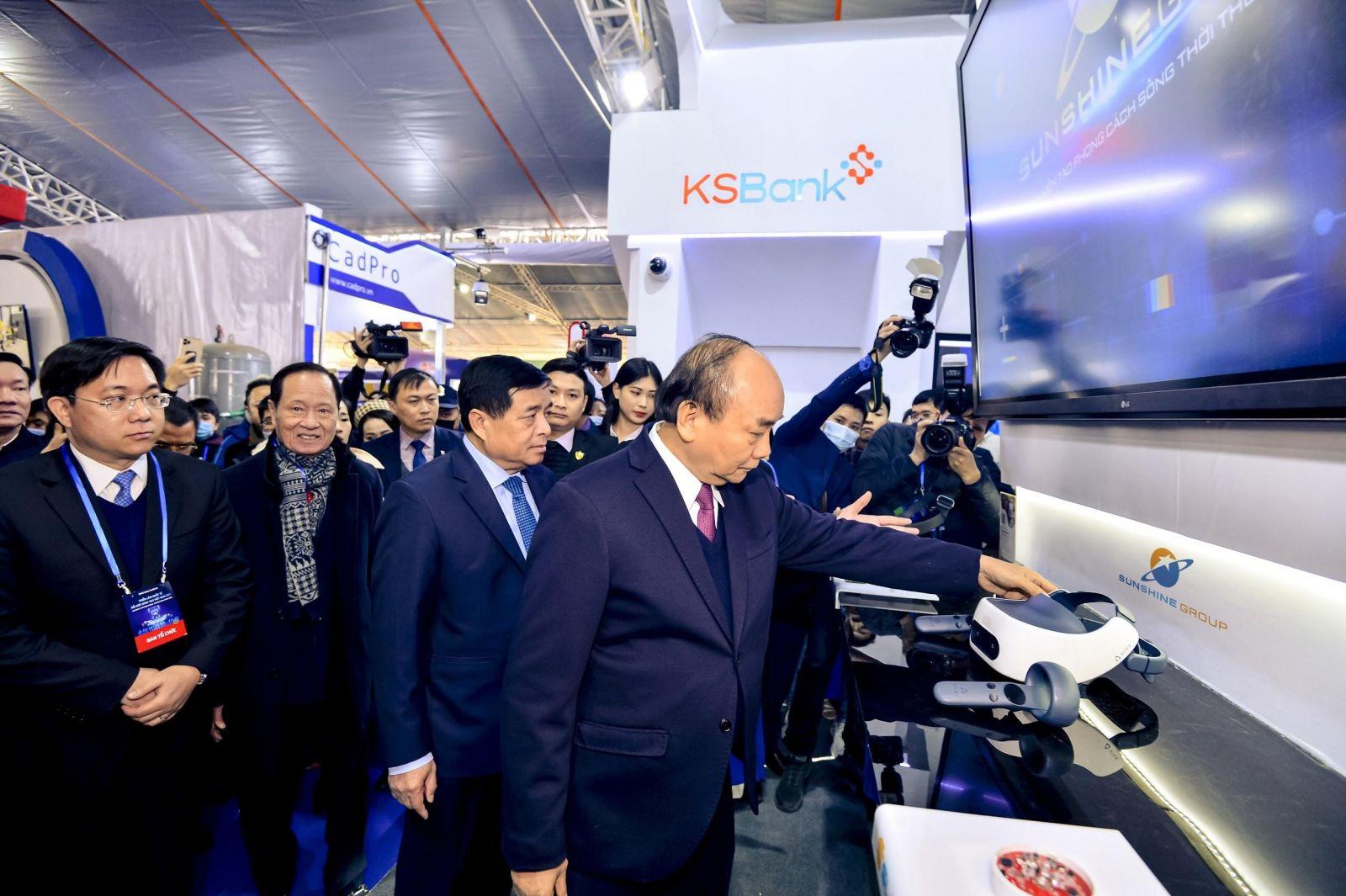 Thủ tướng Nguyễn Xuân Phúc, Bộ trưởng Nguyễn Chí Dũng cùng các lãnh đạo cấp cao ghé thăm khu vực trưng bày của Sunshine Group